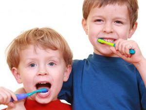 Как правильно чистить зубы детям?