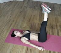 Фитнес дома: подъем ног
