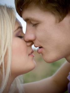Как правильно целоваться с парнем взасос